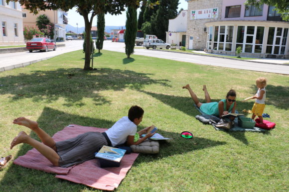 Ljetna čitaonica u gradskom parku